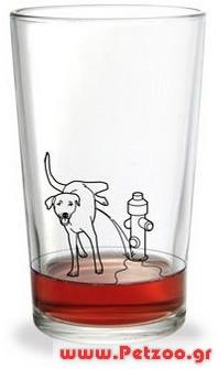 σκύλος πίνει τα ούρα του